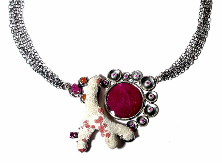 Joanna Gollberg, रूबी और कोरल हार Rūbī aura kōrala hāra (Necklace), Sterling silver, Coral (Mexico), Lab Ruby, natural faceted flat ruby, natural faceted rubies, Natural ruby rough, Carnelian