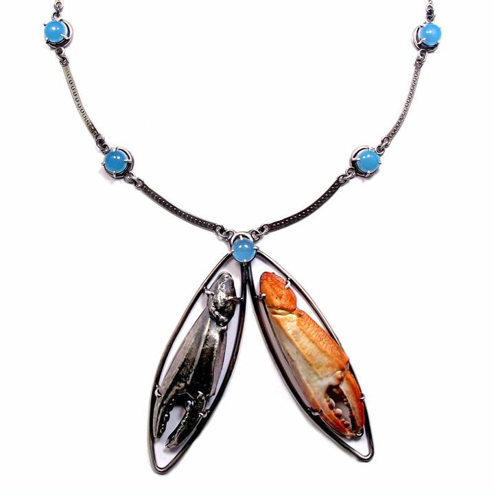 Joanna Gollberg, el collar de la garra del cangrejo (Necklace), Sterling Silver, Blue Chalcedony, Crab Claw (Mexico)